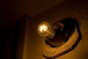 Куда обращаться если перегорела лампочка в подъезде