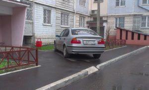 Ставить машину под окнами закон
